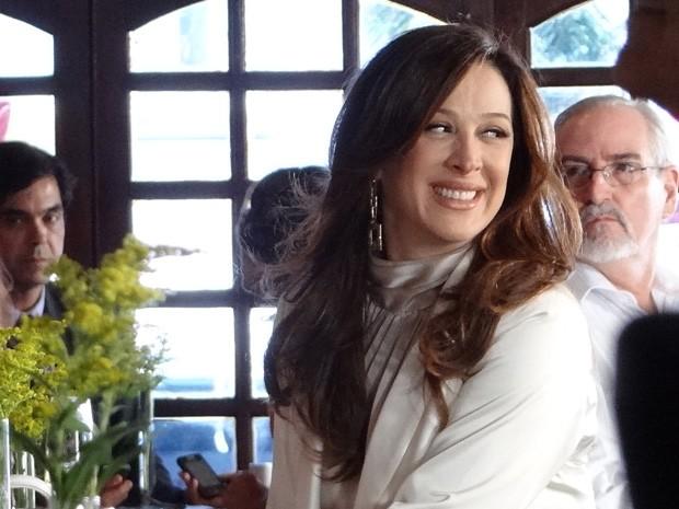 Longe das maldades de Lívia, Claudia Raia abre o sorriso durante a gravação (Foto: Salve Jorge/TV Globo)