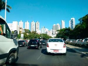 Avenida Garibaldi, sentido Lucaia, tem trânsito intenso (Foto: Maiana Belo/G1)