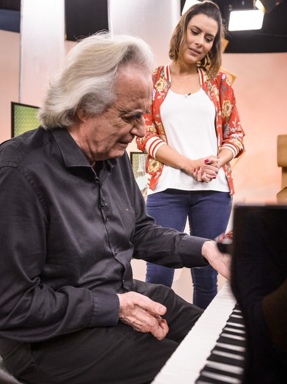 Martins deu uma canja em um piano colocado no estúdio pela produção do programa especialmente para sua visita (Foto: Rede Globo)