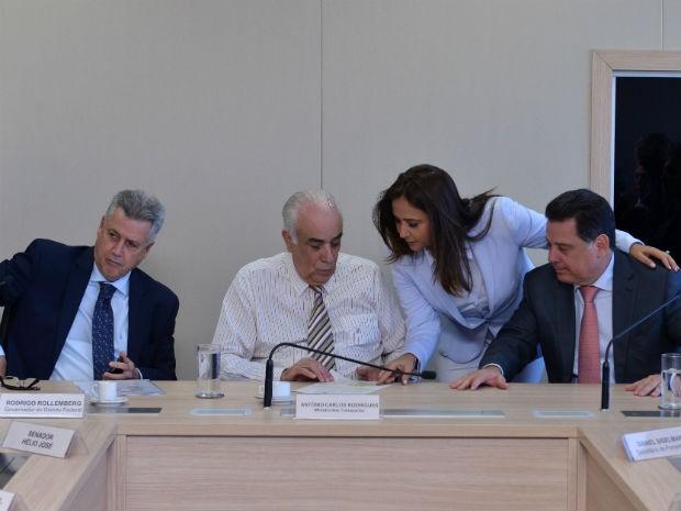 Governadores do DF, Rodrigo Rollemberg (esq.), e de Goiás, Marconi Perillo (dir), ministro dos Transportes, Antônio Carlos Rodrigues (centro) e deputada Liliane Roriz (PRTB) em reunião (Foto: Thyago Arruda/Divulgação)