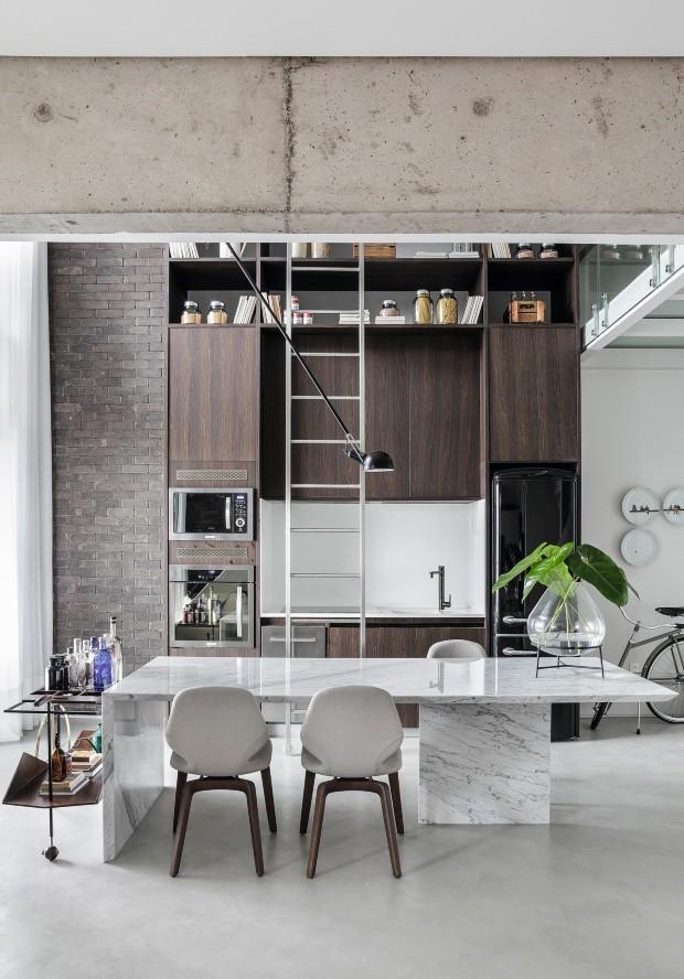 Cozinha. A vista traz os armários idealizados como uma mercearia, e, na parede, tijolos da Palimanan (Foto: Denilson Machado / MCA Estúdio / Divulgação)