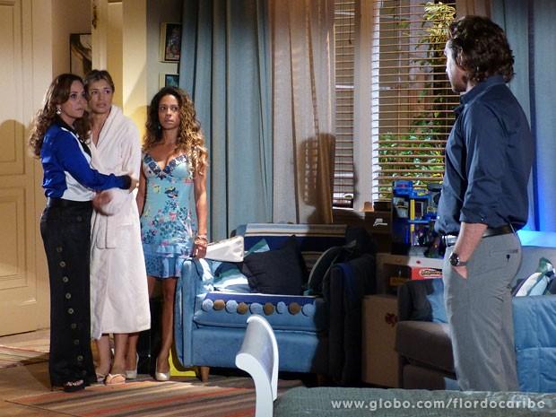 Guiomar e Nicole salvam Ester (Foto: Flor do Caribe / TV Globo)