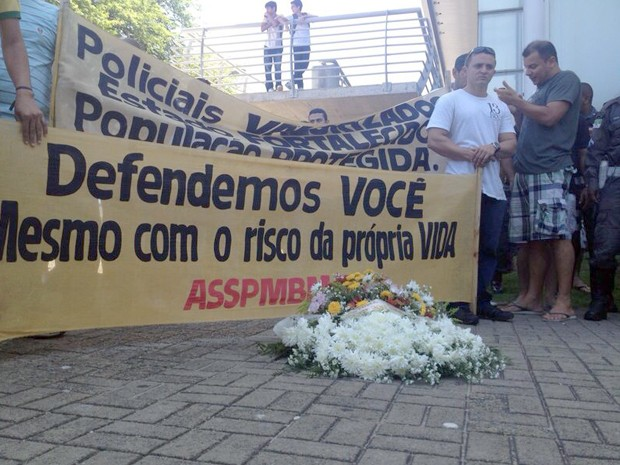 Policiais realizaram manifestação no cruzamento das avenidas Bernardo Vieira e Hermes da Fonseca, em Natal (Foto: Michelle Rincon/Inter TV Cabugi)