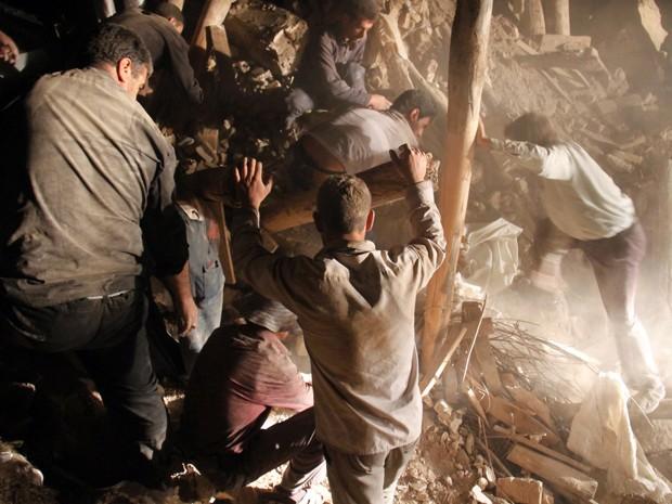 Moradores buscam por sobreviventes nos escombros de um vilarejo próximo a cidade de Varzaghan. (Foto: Farshid Tighehsav/AFP PHOTO/ISNA/)