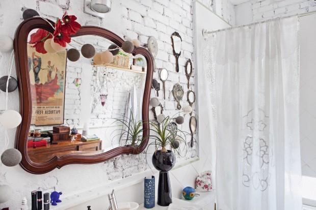 No banheiro com tijolos originais, há coleção de espelhos antigos (Foto: Lufe Gomes / Editora Globo)