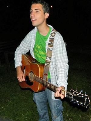 Gabriel gosta de música e toca violão além de outros instrumentos (Foto: Arquivo pessoal)