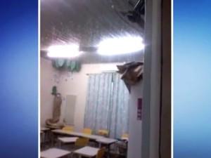 Teto de escola ficou cheio de água com as chuvas fortes (Foto: Reprodução/RBS TV)