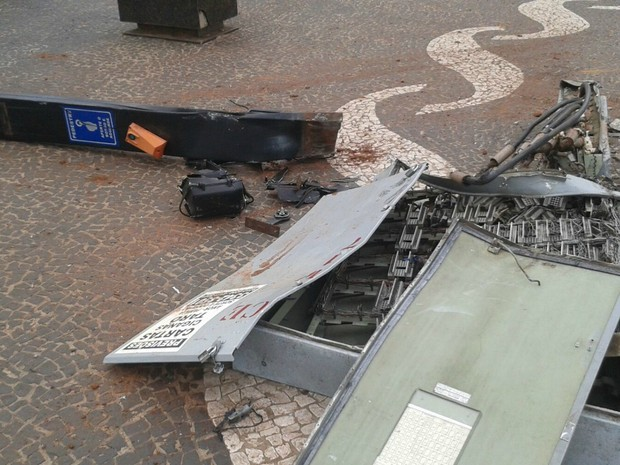 Caixa de telefonia e poste com botoeira para pedestre (Foto: Osvaldo Nóbrega/ TV Morena)