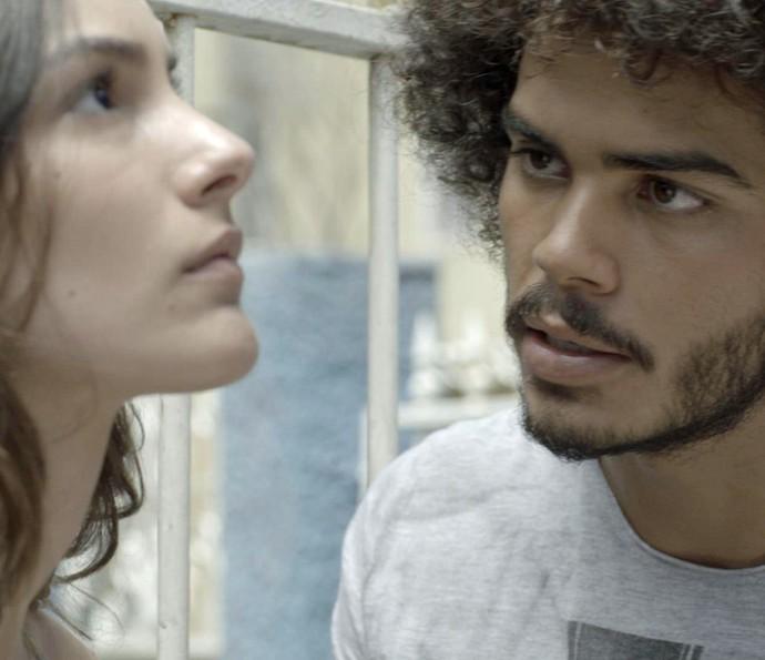 Pedro insiste em saber se não rola nada entre eles (Foto: TV Globo)
