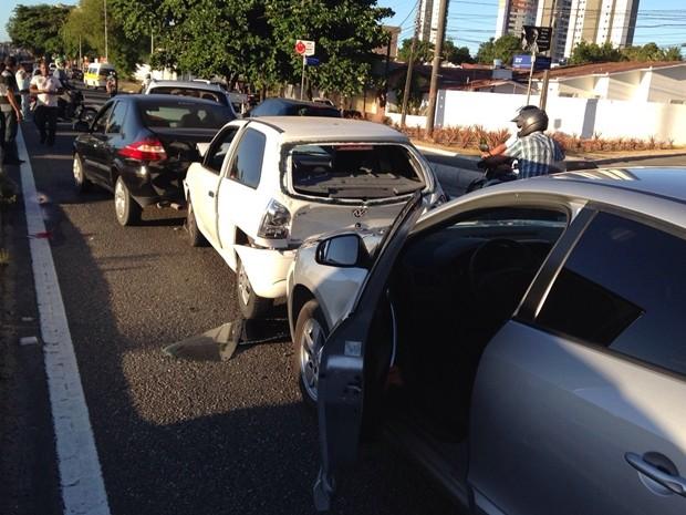 Engavetamento entre três veículos deixou o trânsito lento na BR-230 em João Pessoa (Foto: Walter Paparazzo/G1)