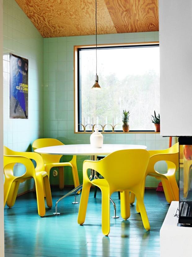 Copa. Para dar continuidade ao piso, o azulejo da copa foi escolhido em um tom de verde suave. Cadeiras amarelas Easy Chairs, de Jerszy Seymour, criam contraste. A mesa Agratable é de Enrico Franzolini (Foto: Carl Dahlsted / Living Inside)