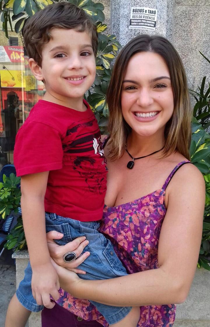 Yana com Ian, que interpreta Matheus, filho de Carla (Foto: Arquivo Pessoal)