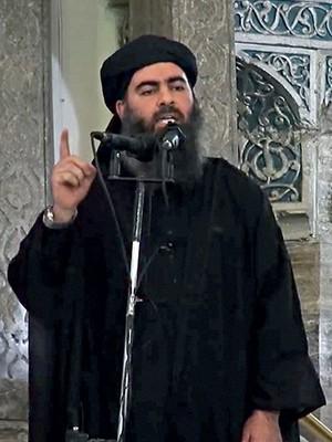 ATROCIDADE Baghdadi, num sermão em julho, no Iraque. Seu grupo usa crucificações e estupros como armas de terror (Foto: AP)