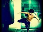 Jesus Luz posta foto fazendo exercício e exibe músculos