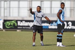 Técnico do Grêmio Roger Machado e o volante Walace (Foto: Lucas Uebel / Grêmio / Divulgação)