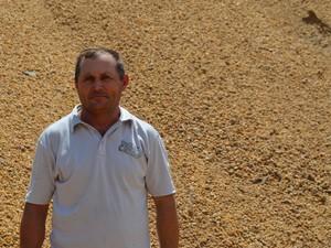Astrogildo Texeira, 43, trabalha na extração de areia do Rio Branco há 15 anos e contou ao G1 que nunca viu o rio tão seco (Foto: Inaê Brandão/G1 RR)