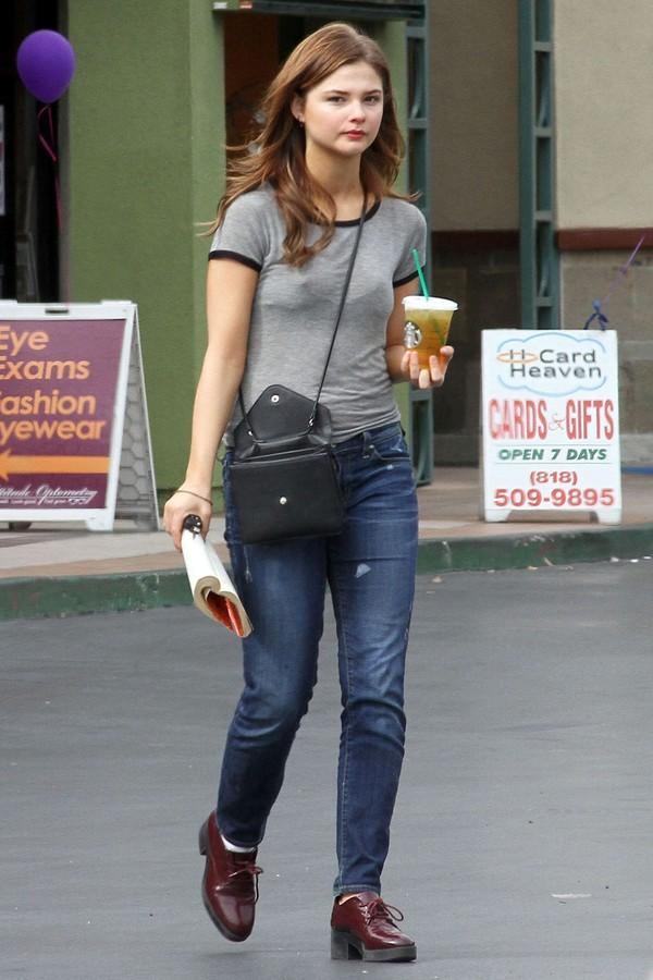 Stefanie Scott veste calça reta  (Foto: AKM-GSI)
