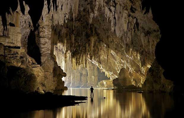 John Spies, fotógrafo subterrâneo há 30 anos, registrou o interior de 85 cavernas na Tailândia (Foto: BBC)