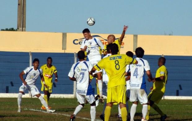 Disputa de bola entre jogadores do MS Saad e do Cene (Foto: Leandro Abreu/GLOBOESPORTE.COM)