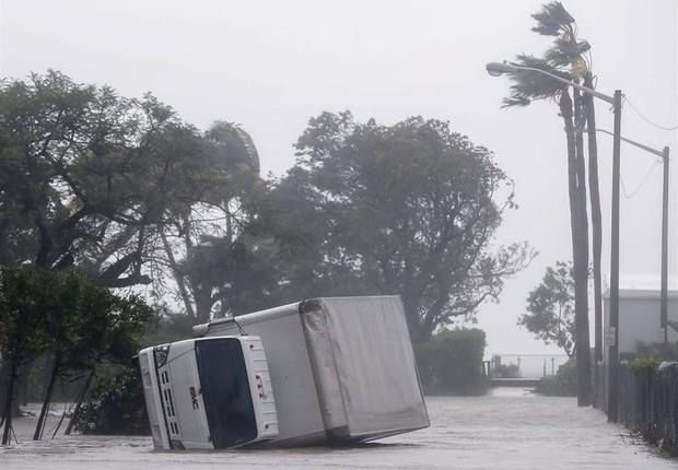 Caminhão derrubada em uma rua em Miami, na Florida, após passagem do Furacão  (Foto: EFE/EPA/ERIK S. LESSER)