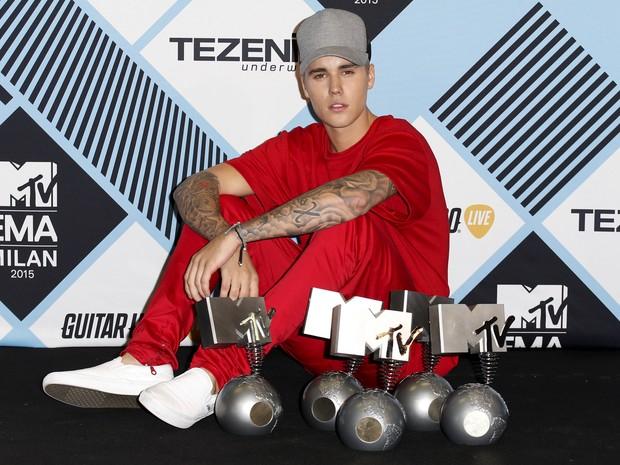 O cantor Justin Bieber posa durante a cerimônia do EMA em Milão, Itália, neste domingo (25) (Foto: REUTERS/Alessandro Garofalo)