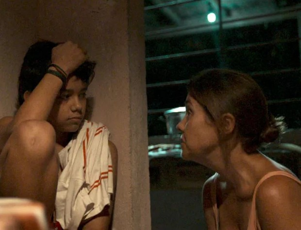 Tobias Carrieres e Adriana Esteves em cena da minissérie Justiça (Foto: Reprodução/Globo)