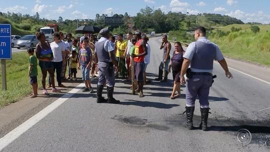 Manifestantes interditam rodovia em protesto contra falta de ônibus escolar