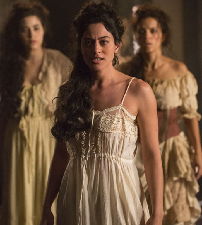 Carol Castro linda em cena que mostra Selena enfurecida ao descobrir que foi enganada por Mão de Luva após noite de amor (Foto: Felipe Monteiro / Gshow)