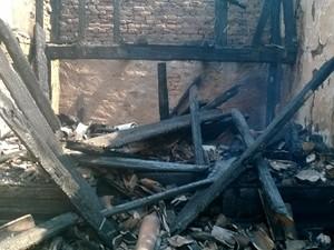 Capela do Senhor Bonfim incendiada em Itaúna (Foto: Helênio Lara/Rádio Santana)