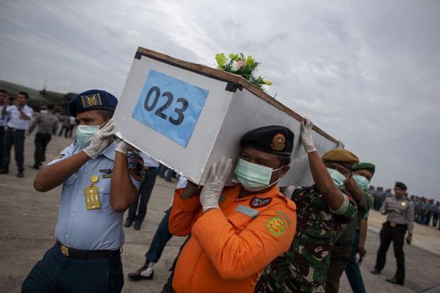 Militares da Indonésia carregam caixão com corpo de vítima de acidente da AirAsia neste sábado (3) (Foto: Athit Perawongmetha/Reuters)