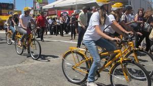 Estudantes do Ensino Médio recebem bicicletas nesta sexta (26) para ir à escola no Recanto das Emas. (Foto: Foto: Mariana Zoccoli/G1)
