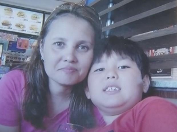 Cláudia Matame não tem a guarda de Gustavo, de 9 anos, e deveria entregar a criança no domingo (Foto: Reprodução/TV TEM)