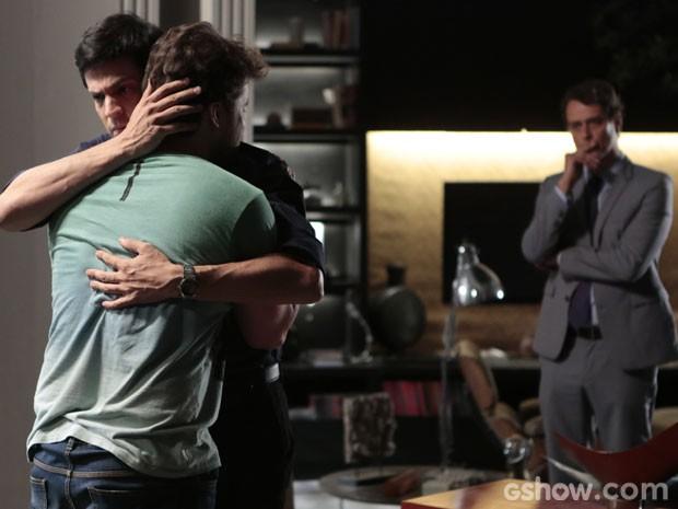 Eron fica cheio de ciúme ao ver Félix consolar Niko (Foto: Pedro Curi/TV Globo)