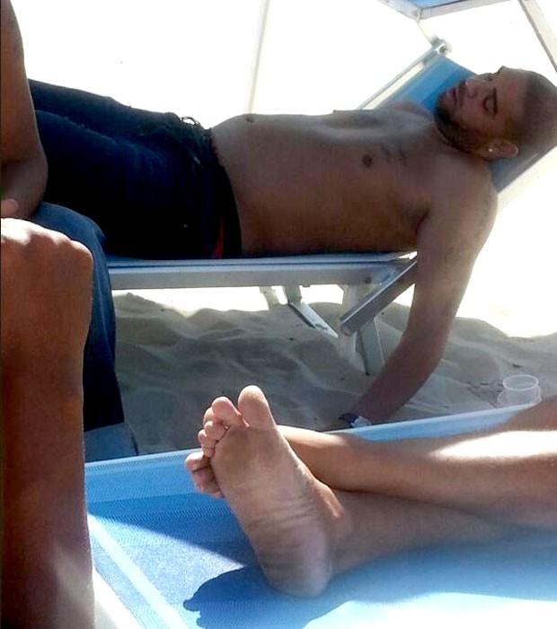 Adriano tira um cochilo em dia de praia (Foto: Globoesporte.com)