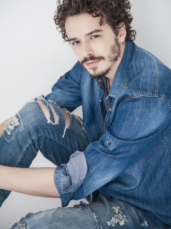 Gabriel Stauffer também interpreta um personagem gay no cinema, com direito a cenas quentes de beijo (Foto: Vinícius Mochizuki)