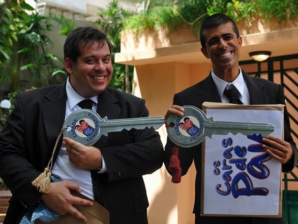 Leandro Hassum e Marcius Melhem ganham surpresa nos bastidores das gravações (Foto: TV Globo/ Thais Padua)
