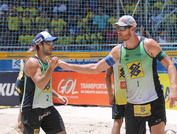 Alison e Bruno vôlei de praia (Foto: Paulo Frank / CBV)