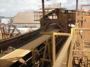São quilômetros de esteira que levam a carga até os porões dos navios (Foto: Bibiana Dionísio/ G1 PR)