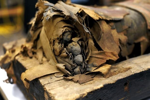 Detalhe mostra pés da múmia de menino egípcio de 14 anos (Foto: AP Photo/Charles Rex Arbogast)