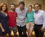 André Pellenz (ao centro) com o elenco da série | Divulgação