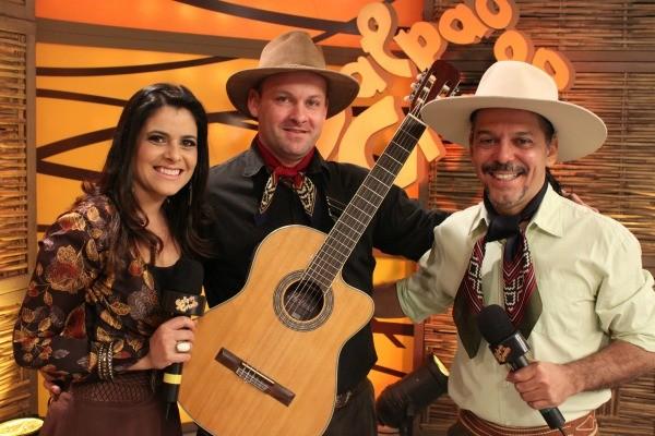 Shana Müller e Neto Fagundes recebem Sidi Biriva (Foto: Verônica De Giacomo/RBS TV)