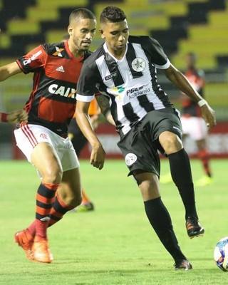 Paulo Victor estreou nos profissionais contra o Flamengo (Foto: Divulgação)