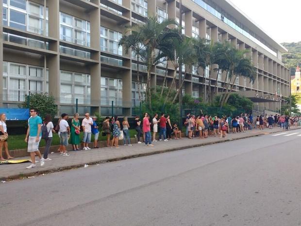 Na, rua Bulcão Viana, próxima ao TRE, teve uma longa fila nesta manhã (Foto: Mateus Castro/RBS TV)