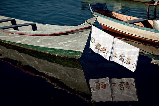 anos de copa | De algodão,  as peças trazem desenhos feitos a  partir de cenas do cotidiano (Foto: Kiko Ferrite/ Divulgação      )