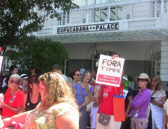 Manifestantes se concentraram na porta do hotel Copacabana Palace na manhã desta domingo (Foto: Hudson Correa)