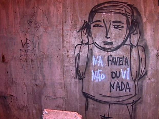 Morador fez desenho de boneco que tampa os ouvidos e diz não ver nada no espírito santo. (Foto: Reprodução/TV Gazeta)