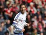 Hazard faz dois, Pato fica no banco, e Chelsea goleia; Liverpool empata