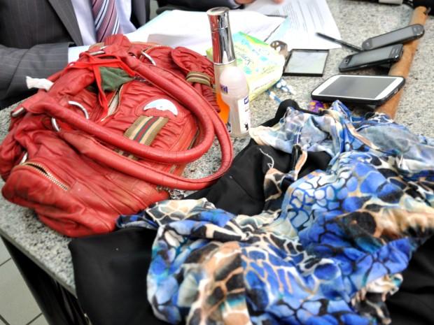 Objetos da vítima e porrete utilizado no crime foram apreendidos. (Foto: Gustavo Arakaki/G1 MS)