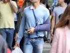 Com o braço imobilizado, Cauã Reymond conversa com fãs na rua