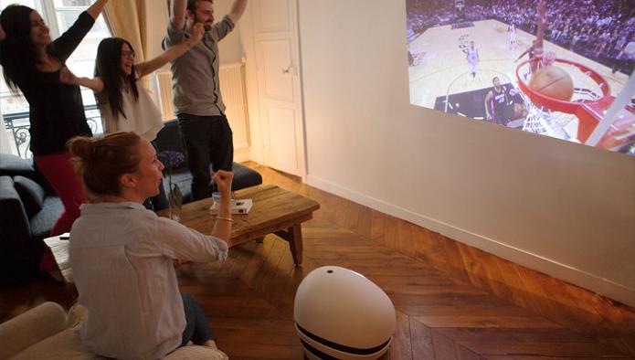 Robô projeta vídeos em qualquer ambiente da casa (Foto: Divulgação)
